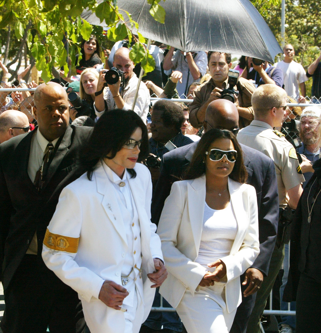 Singer Michael Jackson (L) and sister Janet Jackson walk back to courthouse after greeting fans duri