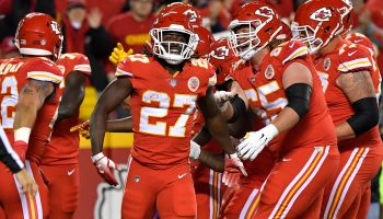 Chiefs' Kareem Hunt shoved, kicked woman outside apartment, according to TMZ video